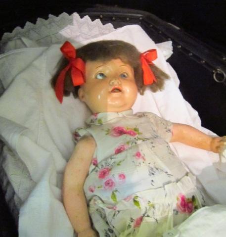 Ta laleczka jest nieco straszna... ;-)